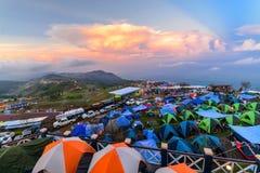 El punto de la opinión que acampa gente es que acampa y de observación de la puesta del sol en el phuthapboek en la provincia del Foto de archivo libre de regalías