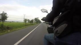 El punto de vista de un jinete de la motocicleta en un camino rural en Tailandia almacen de video