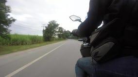 El punto de vista de un jinete de la motocicleta en un camino rural en Tailandia almacen de metraje de vídeo