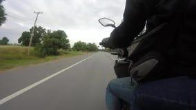 El punto de vista de un jinete de la motocicleta que viaja en un camino rural en Tailandia almacen de video