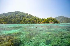 El punto que bucea con el coralscape hermoso en el nacional de Surin equipara Imágenes de archivo libres de regalías