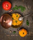El puré de la calabaza en pote del vintage con la calabaza roja y amarilla da fruto Fotos de archivo
