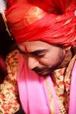 El puranpur /India de la ciudad el 14 de septiembre una boda sucedió donde hicieron clic al novio en turbante y sherwani rojos foto de archivo