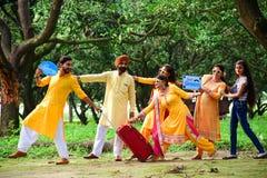 El puranpur/la India de la ciudad el 13 de septiembre de 2019 una ceremonia de Halldi fue celebrado para el novio foto de archivo