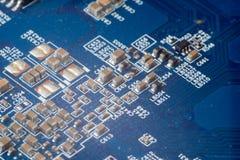 El PWB electrónico imprimió a la placa de circuito en primer macro con el conjunto de circuitos de los transistores y los element fotos de archivo libres de regalías