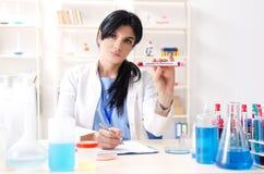 El químico de sexo femenino que trabaja en el laboratorio fotos de archivo libres de regalías