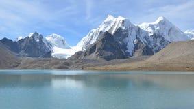 El que está con el lago Gurudongmar Imagen de archivo libre de regalías