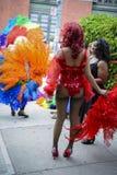 El Queens de fricción en arco iris viste al gay Pride Parade Foto de archivo libre de regalías