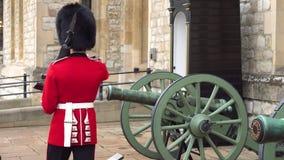 El Queens irreconocible guarda la torre que marcha y que guarda de Londres, Inglaterra, el guardia de la reina brit?nica armada almacen de video