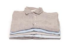 El quehacer doméstico que planchaba planchado dobló el fondo limpio del blanco del concepto de las camisas fotografía de archivo libre de regalías