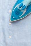 El quehacer doméstico que planchaba planchado todavía dobló vida limpia del concepto de las camisas foto de archivo libre de regalías