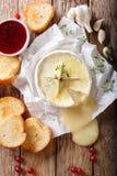 El queso cocido del camembert con tomillo y ajo sirvió con asado Foto de archivo