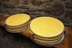 El queso de Beaufort rueda adentro una cueva Imagenes de archivo