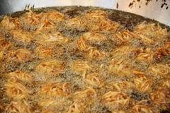El queso de soja frito y el taro sean fritada en aceite caliente en cacerola Imagenes de archivo