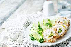 El queso del bróculi relleno desmenuza el pollo fotografía de archivo