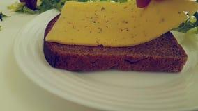 El queso del pan cae la mantequilla de la cámara lenta metrajes