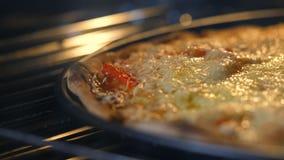 El queso en la pizza derrite de calor del horno Cociendo, concepto de productos malsano de la comida rápida Comida mala para la f metrajes
