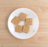 El queso llenó las galletas en una opinión superior de la placa blanca Imagen de archivo
