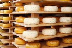El queso rueda adentro la fábrica imagen de archivo