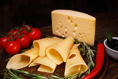 El queso rueda en un tablero de madera Foto de archivo libre de regalías