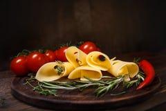 El queso rueda en un tablero de madera Imagen de archivo libre de regalías