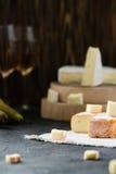 El queso suave francés de la región y del brie de Bretaña cortó, con la pera, los vidrios de vino blanco Imagen de archivo libre de regalías