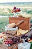 El queso y las frutas en un vintage adornaron maravillosamente la tabla Fotografía de archivo libre de regalías