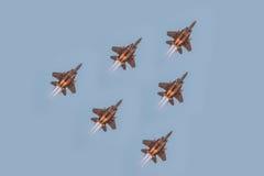 El quincuagésimo aniversario del Singapur 50 años de ensayo del día nacional, formación del combatiente voló sobre la ciudad Imagen de archivo