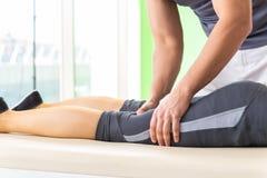 El quiropráctico joven del doctor que da masajes al paciente fotos de archivo libres de regalías