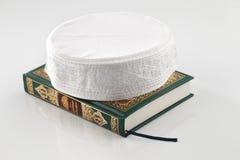 El Quran que significa literalmente la recitación, es el texto religioso central del Islam imagenes de archivo