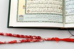 El Quran que significa literalmente la recitación, es el texto religioso central del Islam foto de archivo libre de regalías