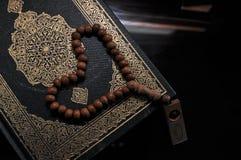 El Quran santo con las gotas del tasbih/del rosario foto de archivo libre de regalías