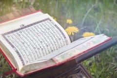 El Quran santo - libro sagrado isl?mico imagen de archivo