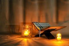 El Quran se coloca en un soporte de madera Velas ligeras imágenes de archivo libres de regalías