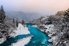 El río adentro Shirakawa-va Japón imagenes de archivo