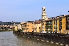 El río Adige cerca de Verona. Imagen de archivo libre de regalías