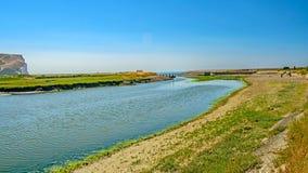 El río Adur resuelve el mar en siete acantilados de las hermanas imágenes de archivo libres de regalías