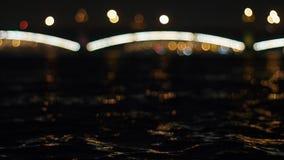 El río agita en la ciudad de la noche St Petersburg almacen de video