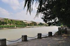 El río al borde de la pared Imagen de archivo libre de regalías