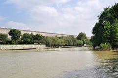 El río al borde de la pared Fotografía de archivo