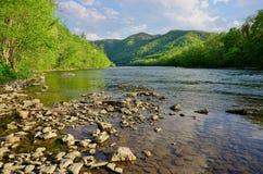 El río amplio francés en montañas apalaches acerca a las aguas termales Carolina del Norte Foto de archivo libre de regalías