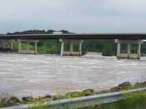 El río Arkansas sube, consiguiendo más arriba debajo del puente de la carretera 59 en Oklahoma del este fotos de archivo