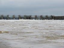 El río Arkansas sube, contiene la liberación del agua con lluvias de primavera pesadas imagenes de archivo