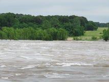 El río Arkansas sube, cubre la tierra y árboles en los bancos fotografía de archivo