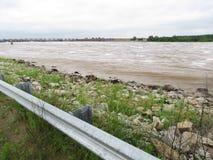 El río Arkansas sube a lo largo del banco en el lado del río del plumón de la presa foto de archivo
