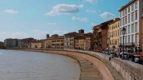 El río Arno en la ciudad de Pisa en un día maravilloso - PISA TOSCANA ITALIA - 13 de septiembre de 2017 metrajes