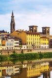 El río Arno, torre de Sante Croce, Florencia, Italia fotos de archivo