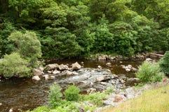 El río azul y rocoso del valle del brío, País de Gales Imagen de archivo