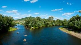 El río Behinde la aldea Foto de archivo libre de regalías
