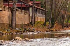 El río Chattahoochee y café en su orilla, Helen, los E.E.U.U. fotos de archivo